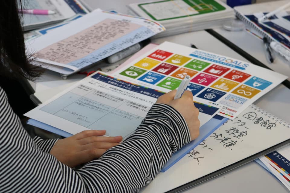 SDGsクロス カードゲーム アイデア出し風景