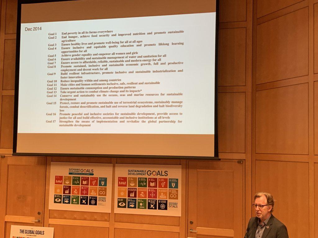 SDGsのロゴデザインやコミュニケーション設計を手がけたヤーコブ・トロールベックさんのプレゼンテーション