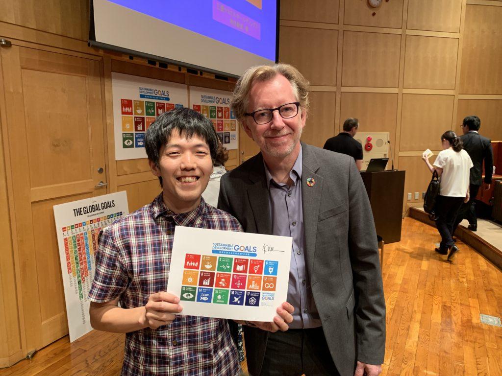 SDGsのロゴデザインやコミュニケーション設計を手がけたヤーコブ・トロールベックさんとの2ショット